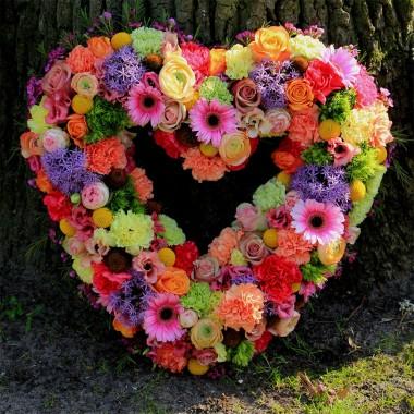 Ghirlanda a cuore  di fiori colorati